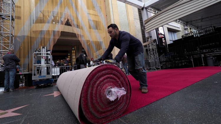 Arbeiter rollen bereits den roten Teppich für die 91. Oscar-Verleihung aus. Diese findet in Hollywood in der Nacht auf den Montag statt. EPA/JOHN G. MABANGLO