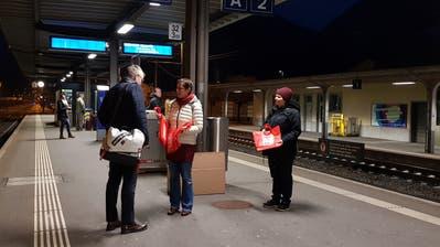 Im Rahmen des «Equal Pay Day» wurden an den Verkehrsknotenpunkten in Uri Taschen verteilt. (Bild: PD)
