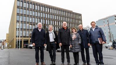 Der Krienser Stadtrat mit Franco Faé (CVP), Cyrill Wiget (Grüne), Lothar Sidler (CVP), Judith Luthiger(SP), Matthias Senn (FDP) und Stadtschreiber Guido Solari(von links) vor dem Stadthaus. (Bild:Philipp Schmidli, 21. Dezember 2018).