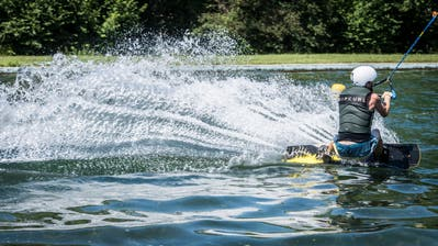 Ein Wakeboarder lässt sich im Kefiker Naturbad mit dem Lift durchs Wasser ziehen. (Bild: Reto Martin, 13. Juli 2018)