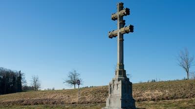 Das doppelbalkige Patriarchenkreuz an der Strasse nach Steinhausen bei Blickensdorf.(Bild: Maria Schmid ( 18. Februar 2019)
