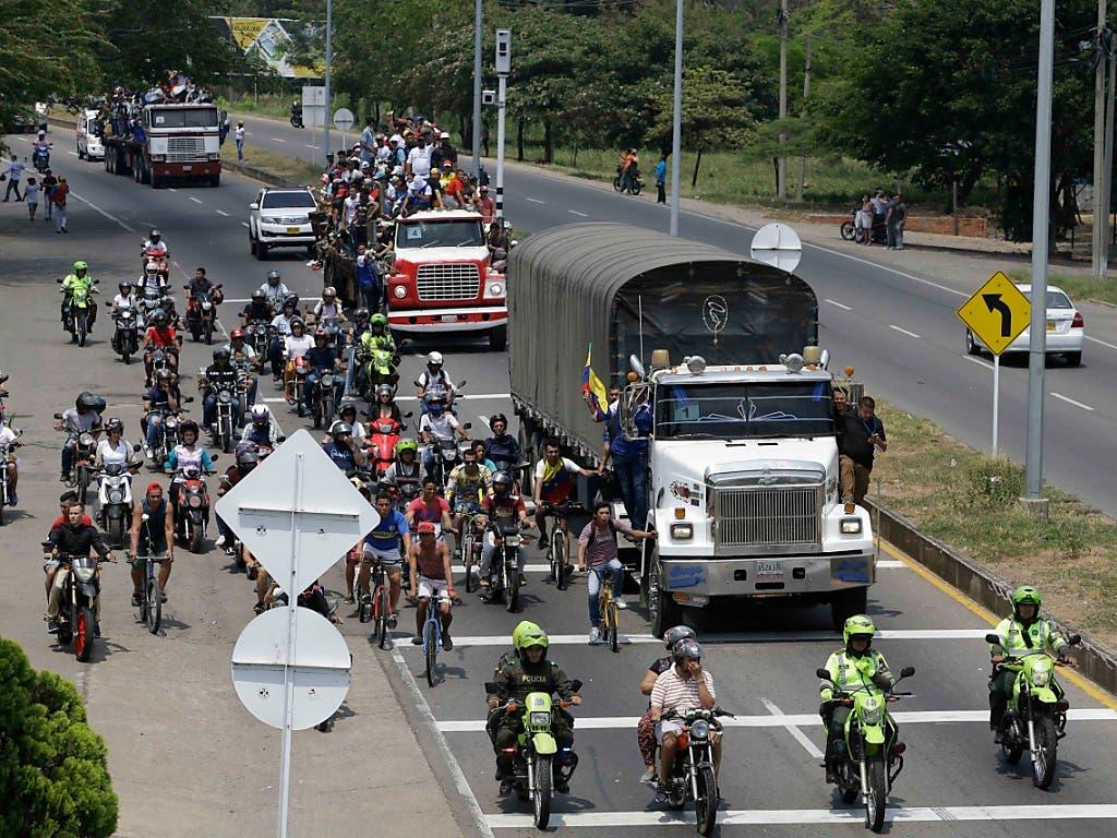 Anhänger des selbst ernannten Interimspräsidenten Juan Guaidó begleiten in Kolumbien einen Hilfskonvoi für ihr Land. (Bild: KEYSTONE/AP/FERNANDO VERGARA)