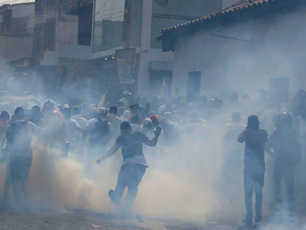 Die Sicherheitskräfte Venezuelas feuern in Ureña an der Grenz zu Kolumbien mit Tränengas und Gummigeschossen auf die Demonstranten. (Bild: KEYSTONE/AP/FERNANDO LLANO)