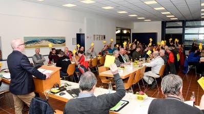 Durch die Delegiertenversammlung vom Schützenverband Region Hinterthurgau führt Präsident David Jenni (links, stehend). 51 Stimmberechtigte verfolgen die Abarbeitung der traktandierten Geschäfte. (Bild: Christoph Heer)