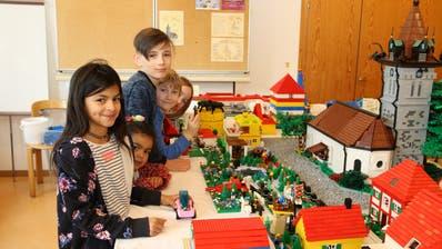 Lengwiler Kinder zeigen stolz, was sie die letzten Tage gebaut haben. (Bild: Hana Mauder Wick)