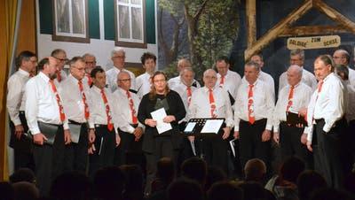 Der Männerchor Schmidshof mit Dirigentin Andrea Liebschwager. (Bild:Christoph Heer)