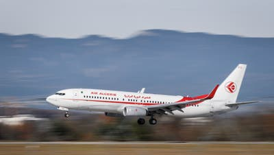 Algerien nimmt seine Bürger nur in Linienflügen mit der Air Algérie zurück. Bild: Fabrice Coffrini/AFP (Genf,  20. Novemer 2017)