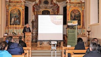 Matthias Kreier, Präsident Genossenschaft «Zum alten Schulhaus Au-Fischingen», stellt das Projekt Schulhaus Au vor. (Bild: PD)