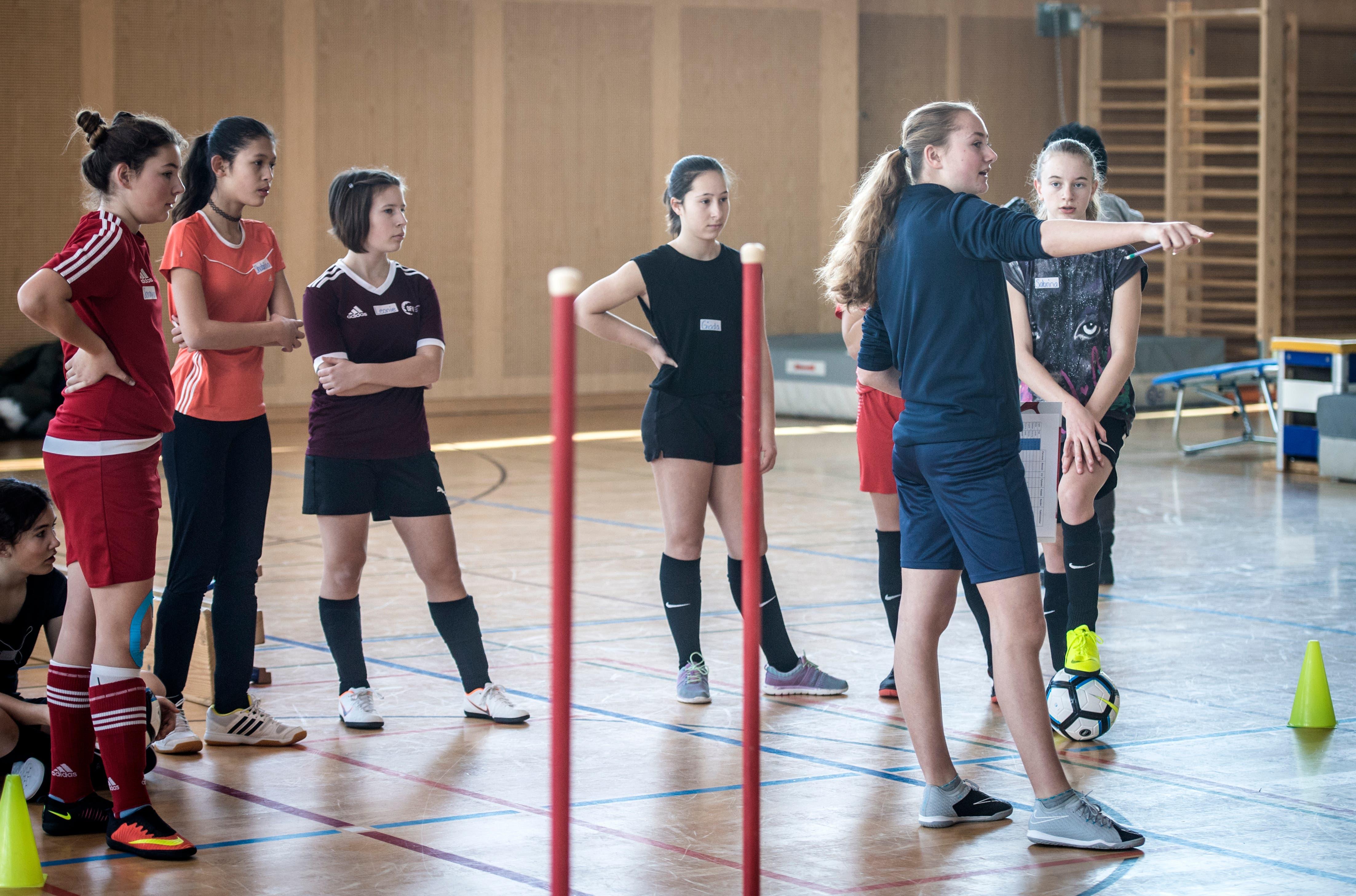 Die FCZ-Spielerin erklärt den Mädchen den Parcours. (Bild: Reto Martin)