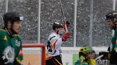 Der Oberwiler Raffaele Cioffo bejubelt einen Treffer. (Bild: Maria Schmid (Zug, 10. Februar 2019))