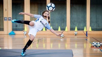 Am 2. GirlsDay in der Mehrzweckhalle Neuwies in Berg trainieren Mädchen unter Anleitung von NLA-Spielerinnen an ihrer Schusstechnik. (Bild: Reto Martin)