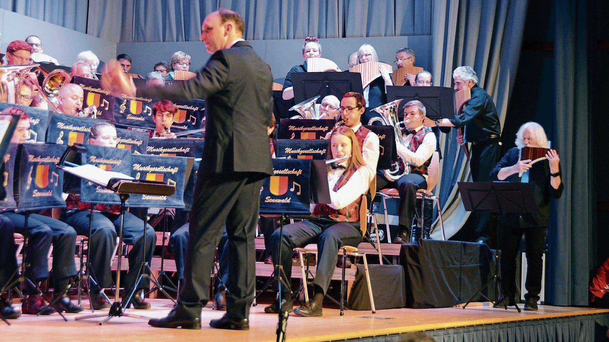 Roland Wohlwend dirigierte am Unterhaltungsabend nicht nur die Musikgesellschaft, sondern auch den Panflötenchor. (Bilder: Corinne Hanselmann)