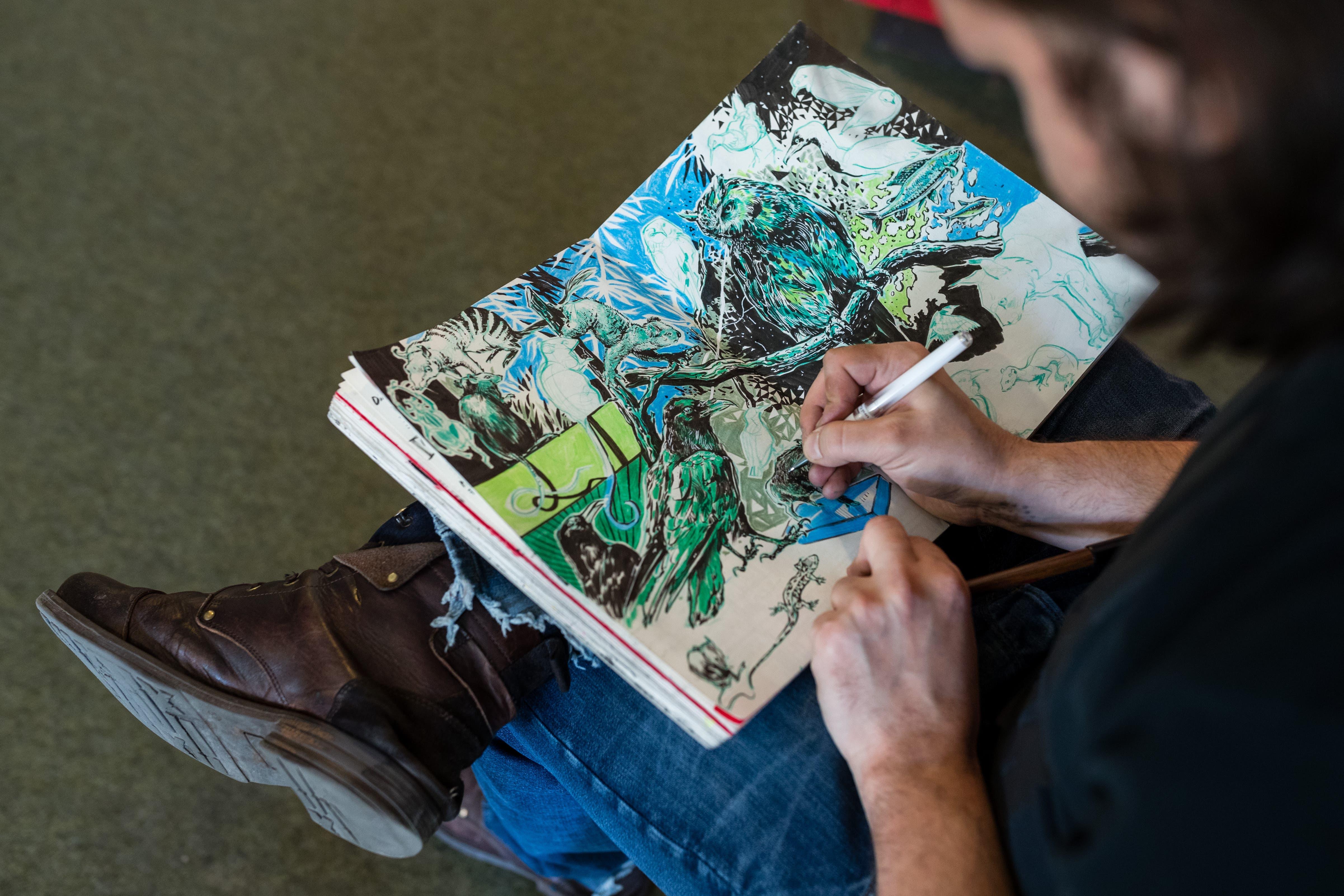 Das Comic-Wimmelbild in verträumten Farben nimmt Form an.
