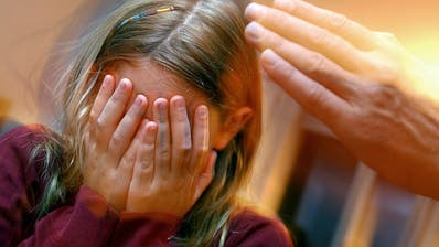 Bis zu 130'000 Kinder dürften gemäss Studie Opfer von Gewalt sein