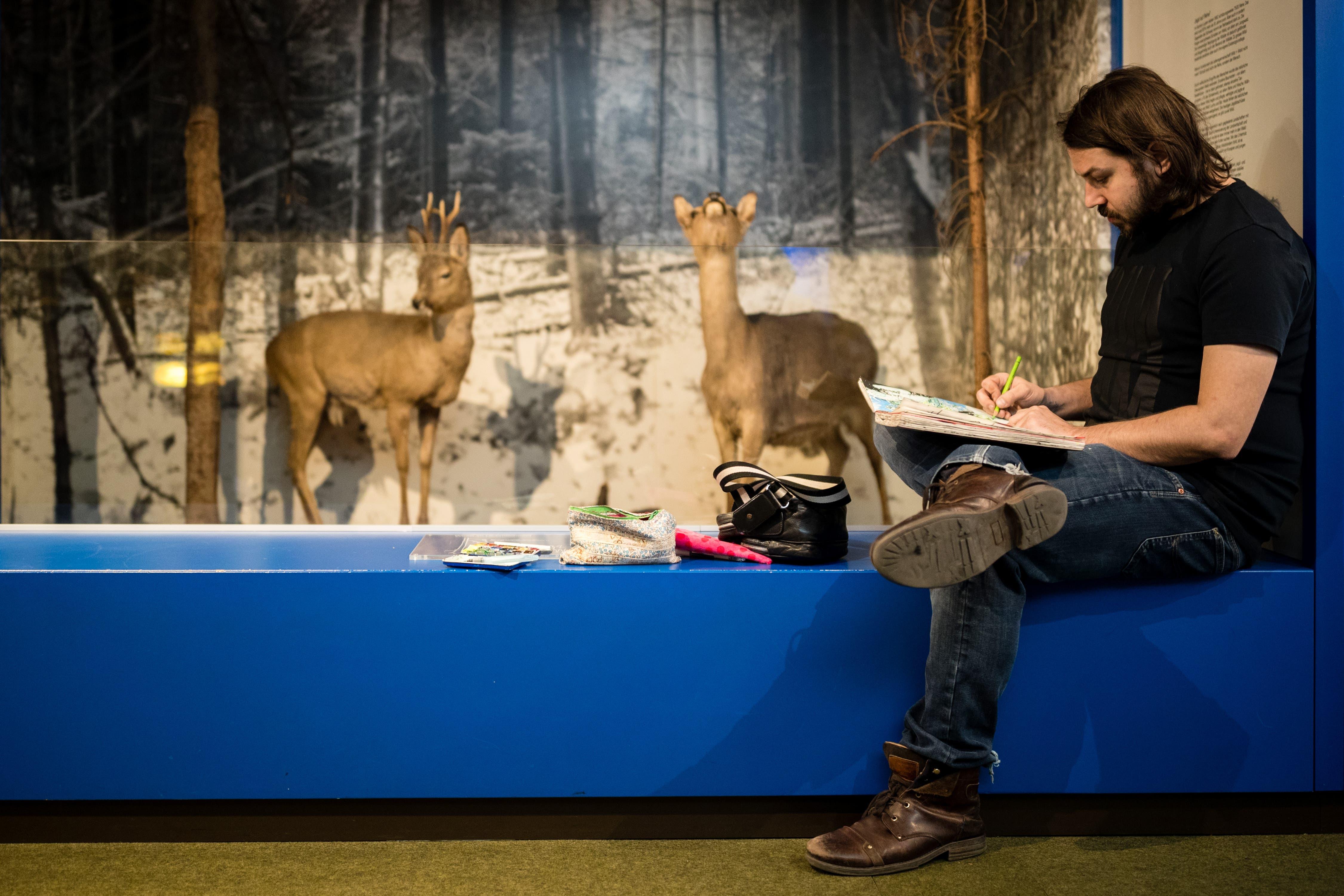 Der Luzerner Künstler und Lehrer Amadeus Waltenspühl (34) besucht für einmal ohne Grafik-Fachklasse das Naturmuseum.