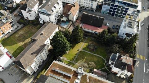 Die geplante Grossüberbauung mitten in Weinfelden umfasst das Gebiet des alten Mehrfamilienhauses im Sonnenwinkel, des Spiwal-Gebäudes, der ehemaligen Prandini-Liegenschaft sowie Teilen des Gartens der Villa Wartburg. (Bild: Mario Testa)