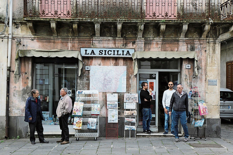 Sonntagmorgen in Linguaglossa: Kaffee trinken, Zeitung lesen, diskutieren – unverfälschte Italianità.