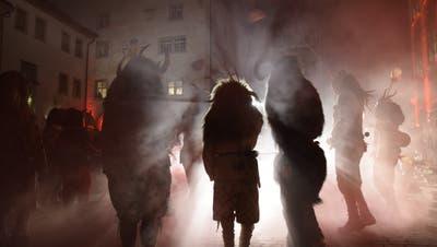 Die Teufel nahmen wieder Wil ein: Auf dem Hofplatz wurde am Gümpelimittwoch traditionsgemäss die Fastnacht eröffnet. Bild: Nicola Ryser