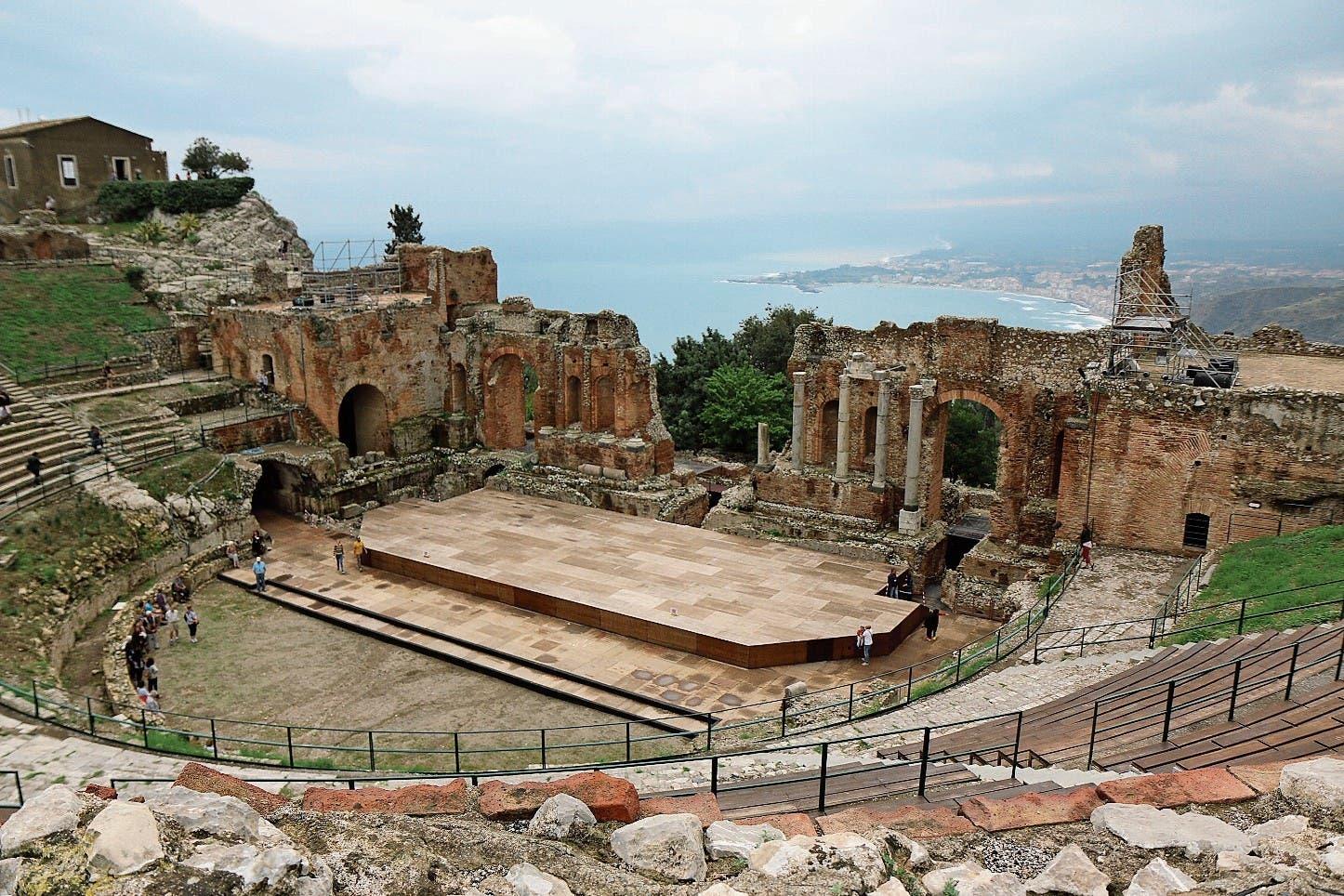 Antike und Moderne: Blick vom griechisch-römischen Theater Taormina auf die Bucht von Giardini Naxos.