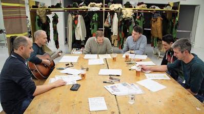 Die «Per Tutti»-Schnitzelbänkler am Proben; von links: Urs Stadelmann («Mosi»), Fredi Bossart («Schlezi»), Lukas Imhof («Lük»), Stefan Gerber («Cheesy»), Toni Muheim («Muh») und Bernhard Schuler («Chuäli). (Bild: Bruno Arnold, Altdorf, 23.Februar 2019)