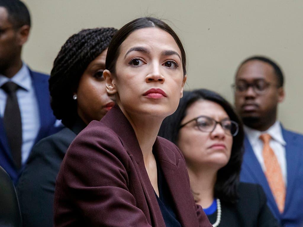 Demokratin Alexandria Ocasio-Cortez war nur eine von zahlreichen Zuhörenden bei der Anhörung von Michael Cohen vor dem Kongress. (Bild: KEYSTONE/EPA/SHAWN THEW)