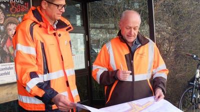 Stadtingenieur Thomas Müller und Jörg Schär, Projektleiter beim kantonalen Tiefbauamt, begutachten die Pläne. (Bild: Stefan Hilzinger)