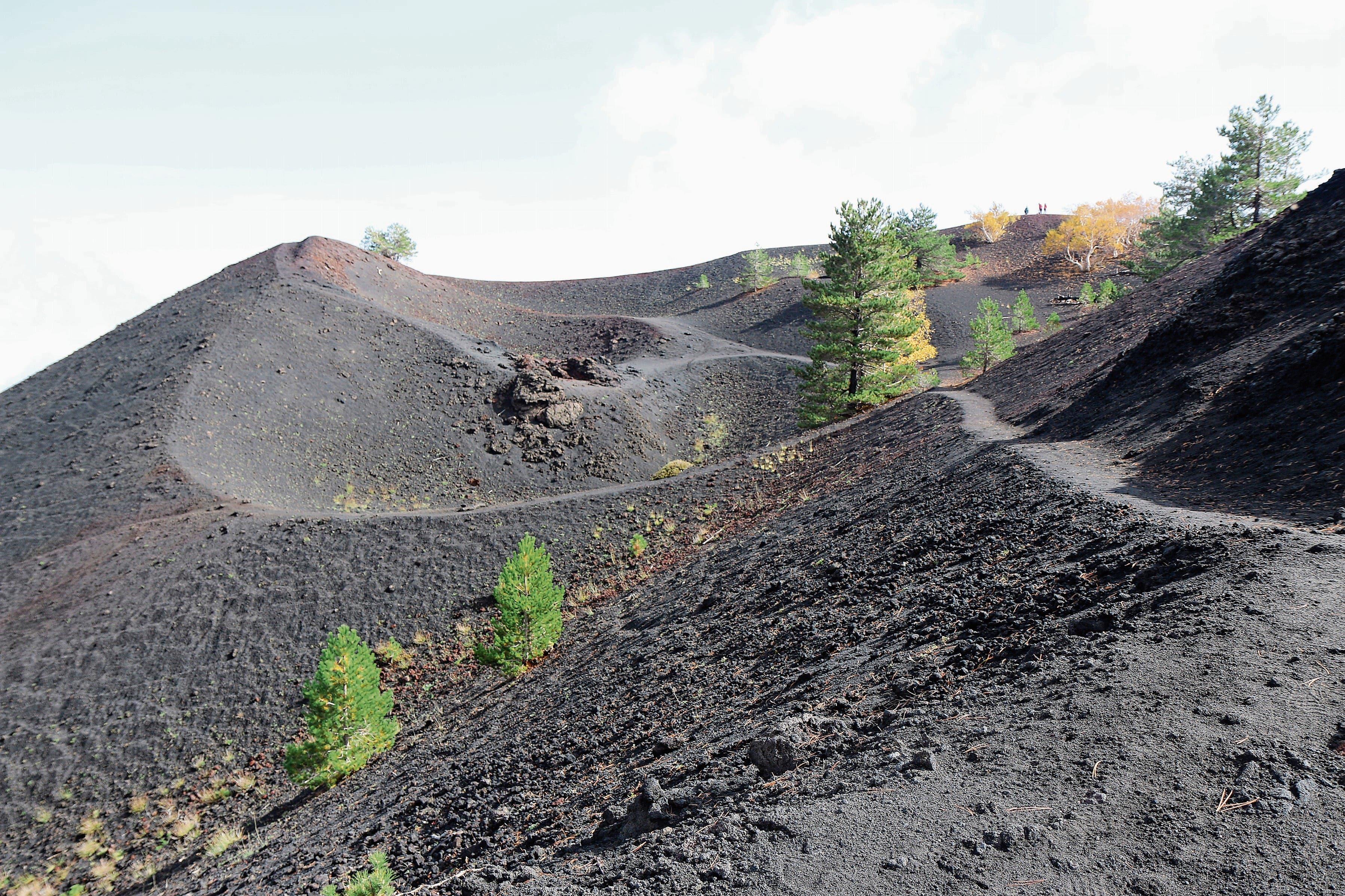 Der Ätna ist mit rund 3323 Metern über Meer der höchste aktive Vulkan Europas. Die Ausbrüche lassen rund um den Vulkan bizarre Landschaften entstehen, die unweigerlich dazu einladen, den Begriff Schönheit neu zu definieren.