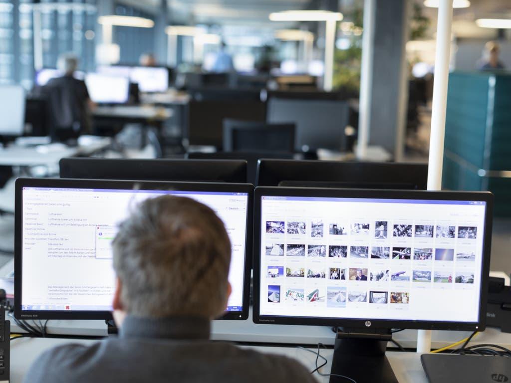 Foto-Auswahl im Newsroom von Keystone-SDA in Bern. (Bild: Keystone/GAETAN BALLY)