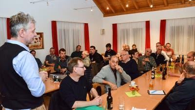 Eschlikons Gemeindepräsident Hans Mäder leitet den Informationsabend zur Zukunft der Schiessanlage in Hurnen. (Bild: Christoph Heer)