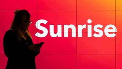 Eine Kundin in einem Shop von Sunrise. (Bild: Ennio Leanza / Keystone, Glattbrugg, 19. Februar 2019)