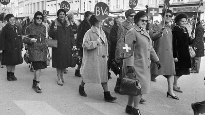 Emilie Lieberherr (Zweite von rechts) führt am 1. März 1969 den Demonstrationszug zum Bundesplatz an. Links von ihr vorne ist ihre Lebenspartnerin Minnie Rutishauser. (Bild: Keystone)