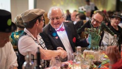 Ruedi Blumer gratuliert Alfred Zahner zu seinem Drachenpreis. (Bilder: Benjamin Manser)