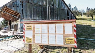 Die Tafel vor der maroden Scheune bei Wittenwil führt unter anderem die 31 Namen der Einsprecher auf. (Bilder: Kurt Lichtensteiger)