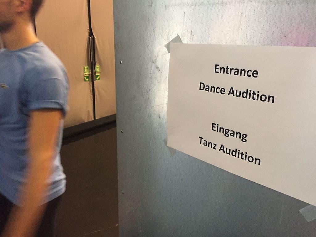 Audition in der St. Galler Lokremise: 750 Tänzerinnen und Tänzer meldeten sich für das Vortanzen für die St. Galler Tanzkompanie. Ein paar Dutzend erhielten die Chance, ihr Können dem neuen Tanzchef Kinsun Chan zu präsentieren. (Keystone-SDA/Nathalie Grand) (Bild: Keystone-SDA/Nathalie Grand)