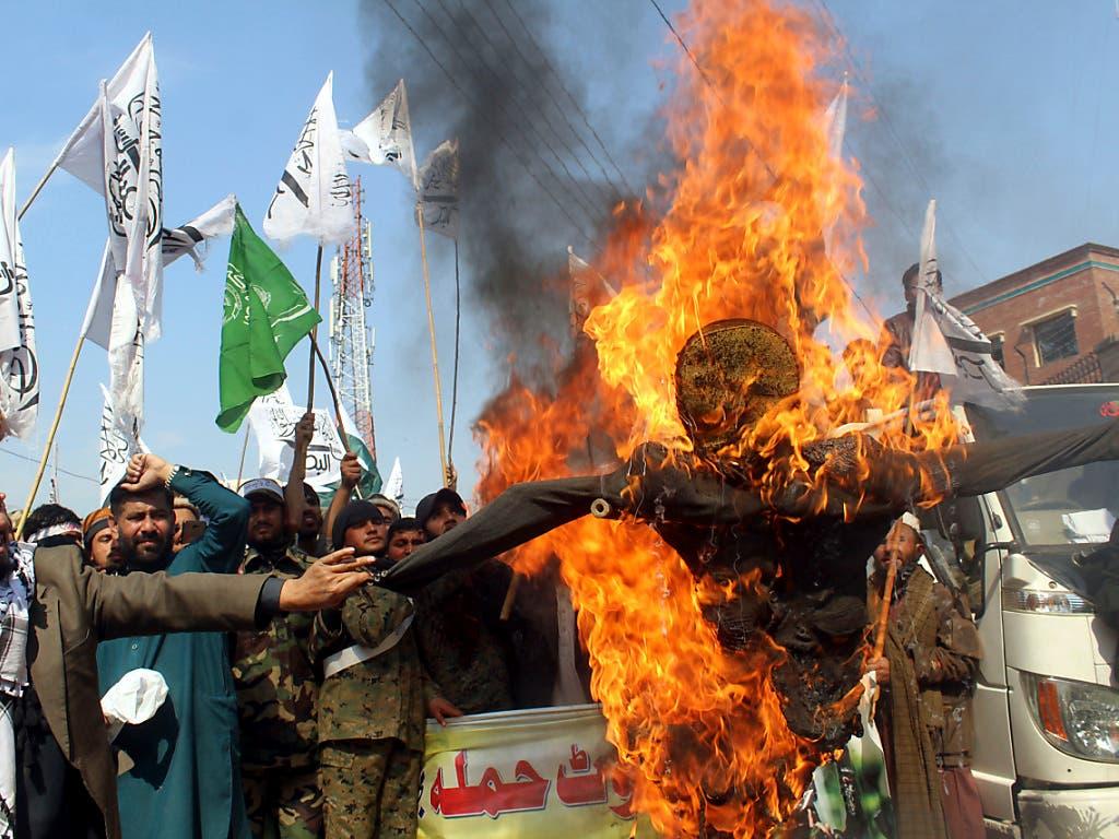 Grosse Wut über Indien: Pakistanische Kundgebungsteilnehmer verbrennen in Peschawar eine Puppe des indischen Premierministers Narendra Modi. (Bild: KEYSTONE/AP/MUHAMMAD SAJJAD)