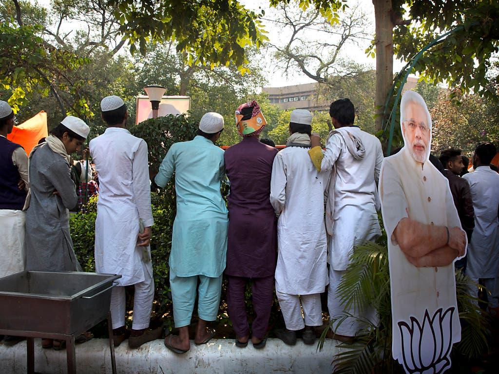 Übergriffen aus der Bevölkerung ausgesetzt: Indische Muslime folgen einer Videoansprache von Premier Narendra Modi in Neu Delhi. (Bild: KEYSTONE/AP/MANISH SWARUP)