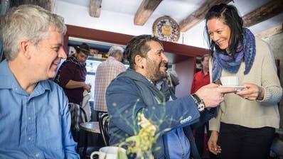 Pfarrer Damian Brot und Arman Köktemir, freiwilliger Mitarbeiter, freuen sich über einen Kaffee im Open Place. (Bild: Andrea Stalder)