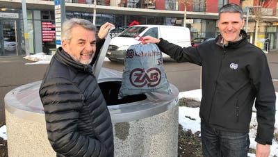 Beat Lehmann (links), UFB-Projektleiter der Stadt Gossau, und Virgile Koster, UFB-Projektleiter beim ZAB, nehmen in Gossau offiziell den 800. Unterflurbehälter im ZAB-Gebiet in Betrieb. (Bild: PD)