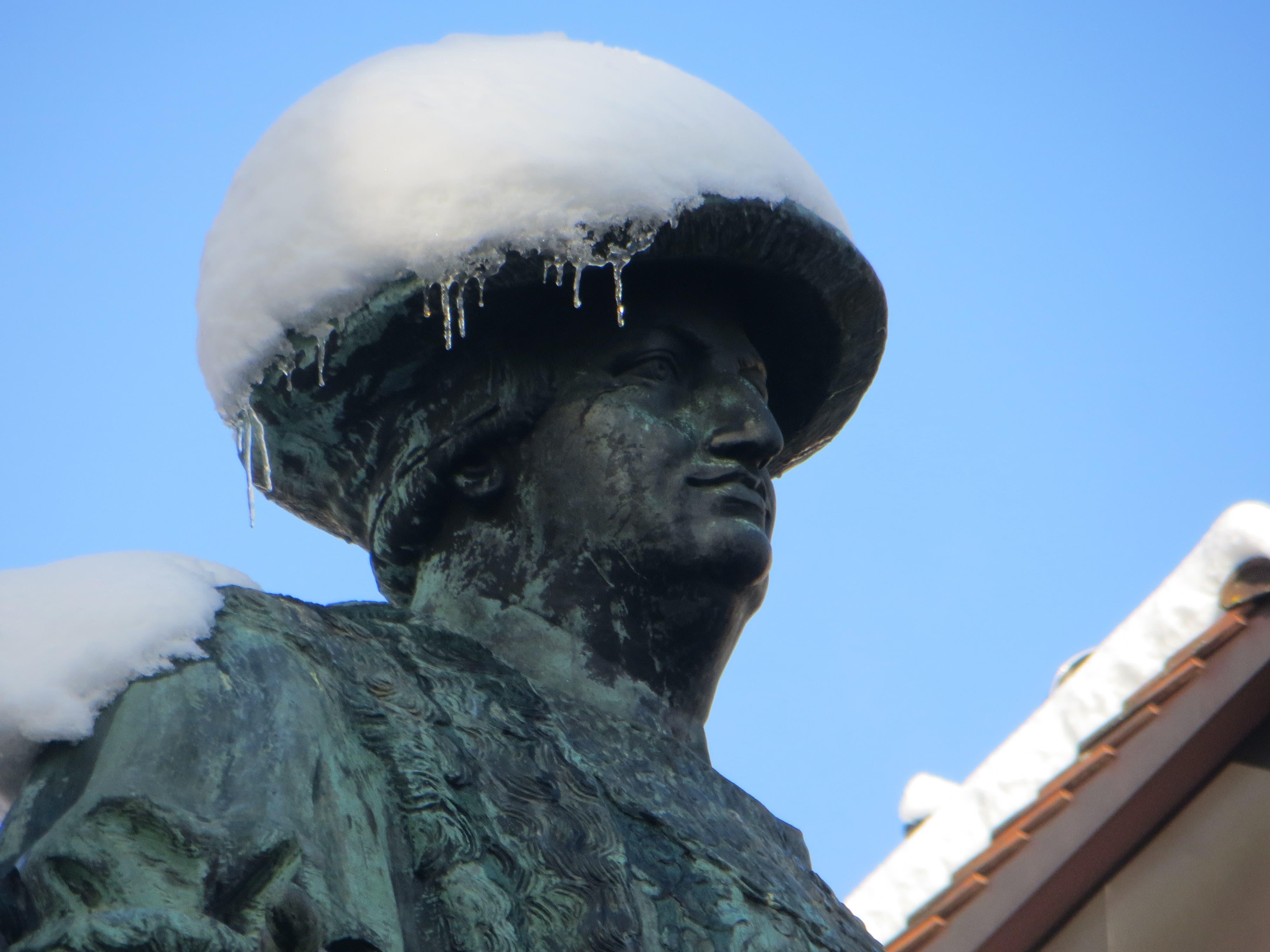 Trägt Vadian einen weissen Hut, wird das Wetter gut. (Leserbild: Peter Faesi - 5. Februar 2019)