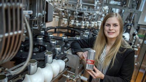Alexandra Lussi hält eine etikettierte Dose «Migi-Bräu» in den Händen. Die Abfüllanlage, die eigens für das Unternehmen realisiert worden ist, weckt das Interesse über die Landesgrenzen hinaus. (Bild: Pius Amrein (Oberdorf, 6. Februar 2019))