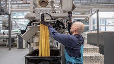 Ein Bühler-Mitarbeiter testet in einem Anwendungszentrum im neuen Innovationscampus die Herstellung von Pasta. (Bilder: Urs Bucher (Uzwil, 7. Februar 2019))