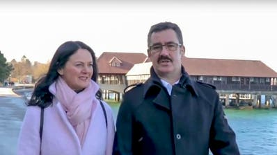 FDP-Kandidat Robert Raths spaziert im Video mit seiner Partnerin Pascale Sidler auf der Rorschacher Seepromenade. (Screenshot: Youtube)