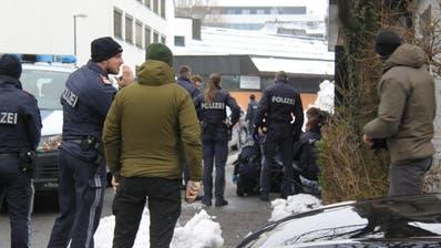 Polizisten bei der Verhaftung des Täters am Mittwoch.