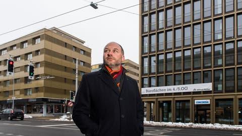 CVP-Einwohnerrat Kurt Gisler zwischen den beiden Gebäuden – links die Luzernerstrasse 11, rechts das neue Stadthaus. (Bild:Eveline Beerkircher, Kriens 7. Februar 2019)