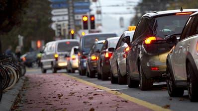 Wegen der neuen Busspur auf der Pilatusstrasse bigt es Schleichverkehr über die Bahnhofstrasse.Fotografiert am 3. Oktober 2014 in Luzern.(NeueLZ/Maria Schmid)Auto, Verkehr, Stau,