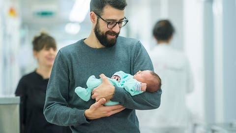 Wirtschaft und SVP setzen bei Vaterschaftsurlaub auf Freiwilligkeit