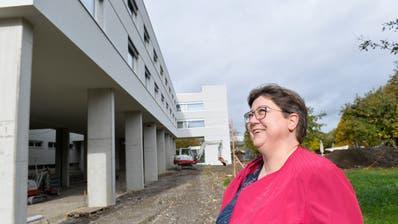 Zentrumsleiterin Irene Heggli vor dem Neubau des Alterszentrums Bussnang. (Bild: Donato Caspari, 30. Oktober 2018)
