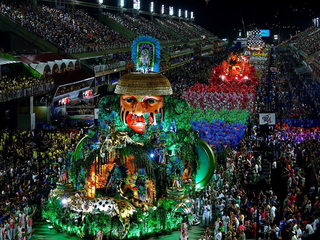 Gigantisches Farbenspektakel beim Defilee der Sambaschulen zum Abschluss des Karnevals in Rio. (Bild: KEYSTONE/EPA EFE/MARCELO CHELLO)