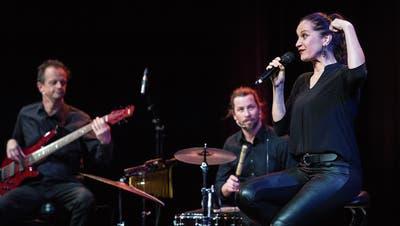 Die selbst ernannte Frau, Mutter und Rampensau: Kabarettistin Chrissi Sokoll mit ihrer Live-Band auf der Bühne. (Bilder: Reto Martin)