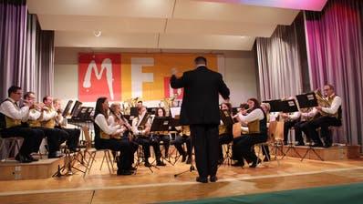 Präsentiert ein musikalisches Fernsehprogramm: Die Musikgesellschaft Mettlen unter der Leitung von Matthias Beno. (Bild: Manuela Olgiati)
